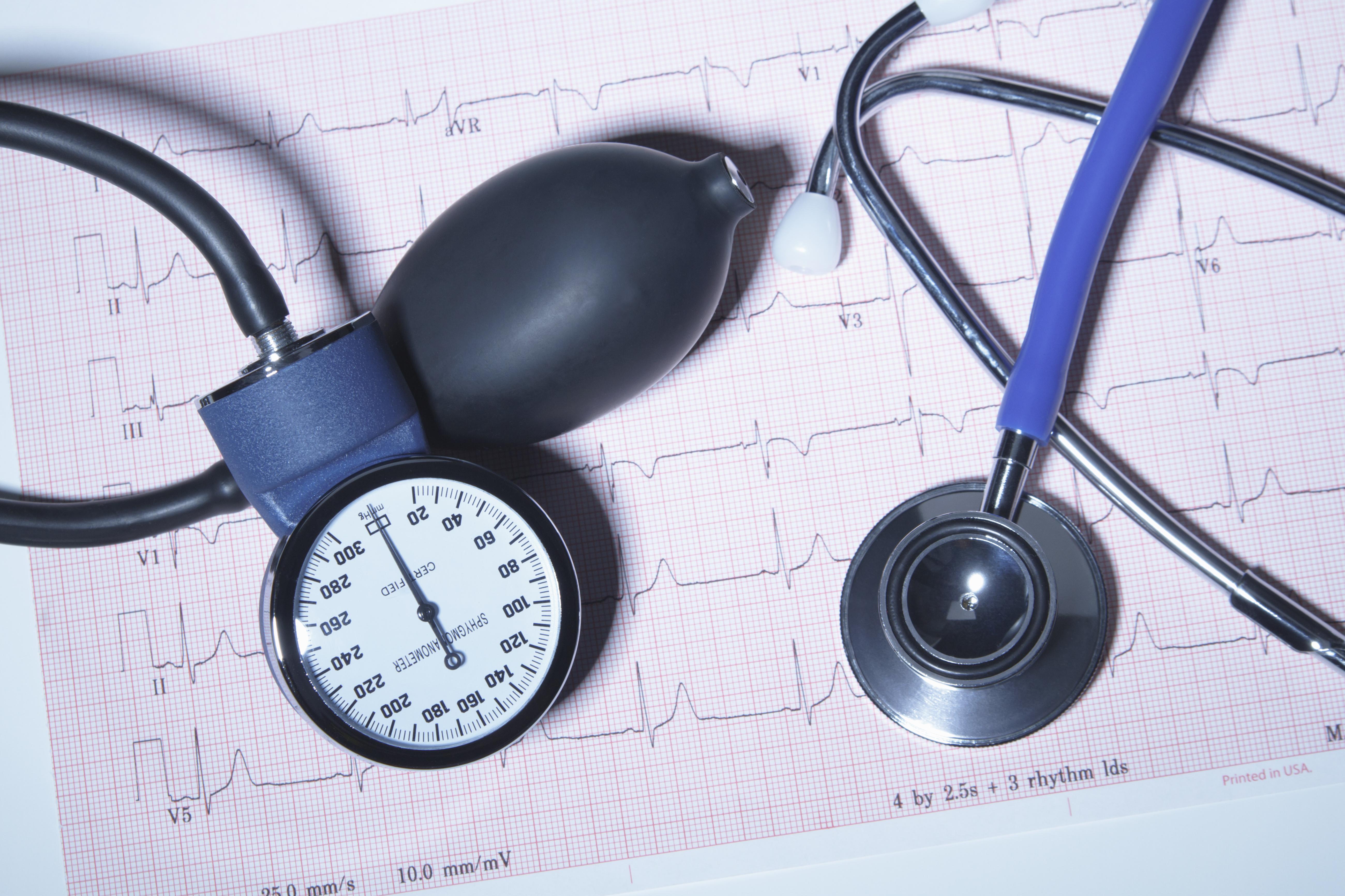 az embereknél a magas vérnyomás génje dominál)