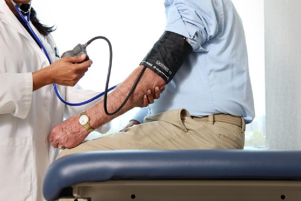 rosszindulatú magas vérnyomás tünetei