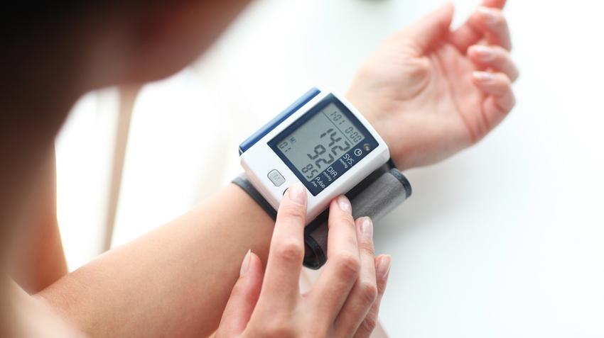 ami a 3 fokozatú magas vérnyomást jelenti)